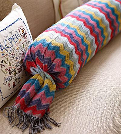 از یک پارچه ریز بافت زمستانی رنگارنگ زیبا برای روکش کوسن مبلمان تان استفاده کنید